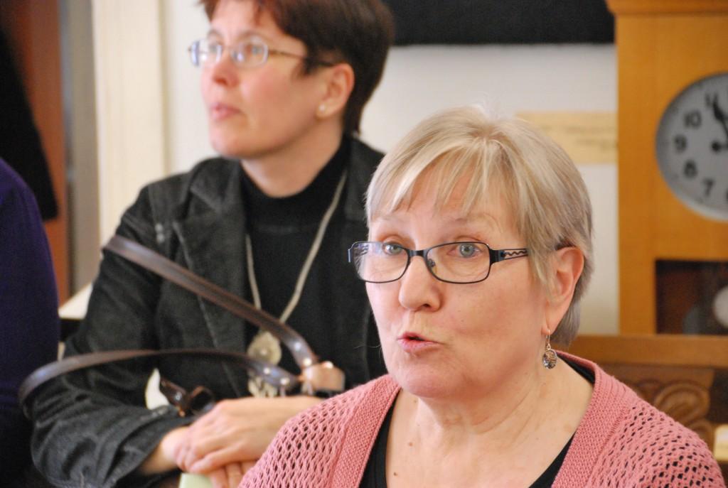 Vanda Kirikal kuulab, kuidas tema luuletused kõlavad Heidi Vellendi, Sindi muuseumi juhataja, poolt ette loetuna Foto Urmas Saard