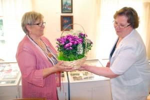 Vanda Kirikal saab näituse avamise puhul Sindi muuseumi juhatajalt Heidi Vellendilt kingituseks lillekorvi Foto Urmas Saard