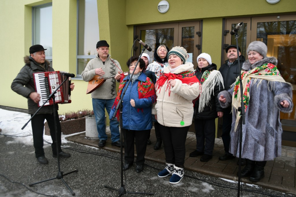 Vene segakoor Slavjanotška vastlapäeval Sindi seltsimaja ees Foto Urmas Saard