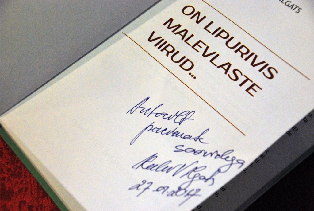 Viimaks autogramm raamatusse Foto Urmas Saard