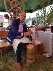 Abivallavanem Viktor Svjatõšev Jonavas võid valmistamas  Foto : erakogu
