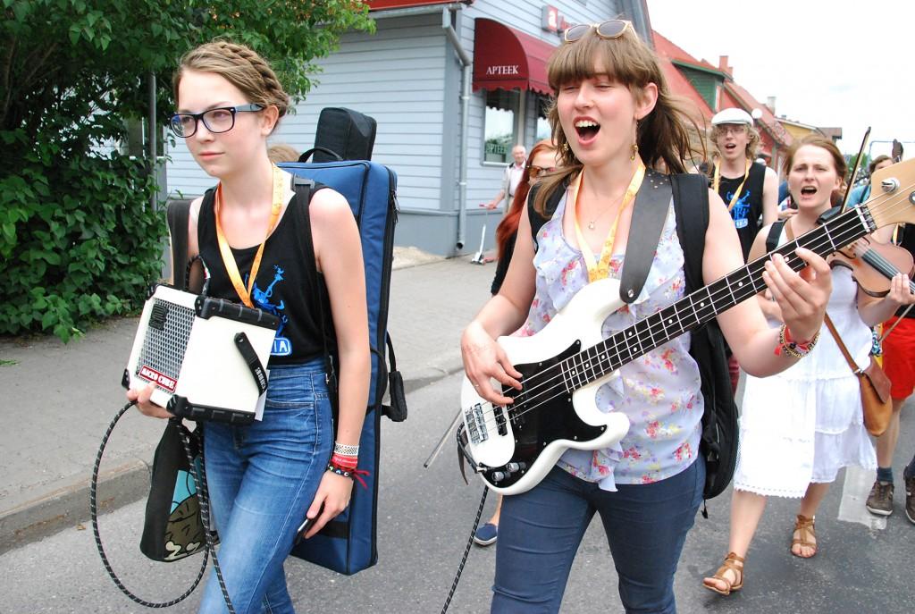 Viljandi pärimusmuusika festivali rongkäik Tallinna tänaval. Foto Urmas Saard