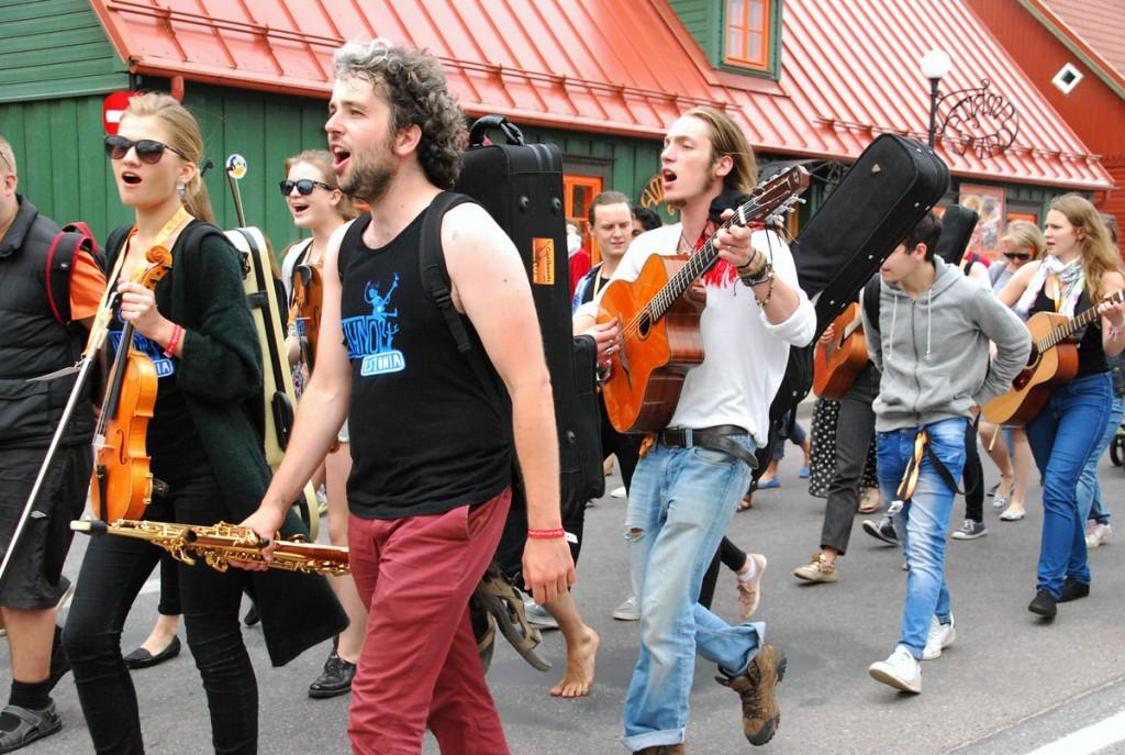 XIII Viljandi pärimusmuusika festivali rongkäik Foto Urmas Saard