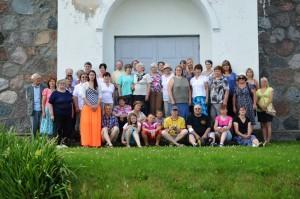 Reisiseltskonna ühispilt Rannapungerja kiriku ees. Fotod: erakogu