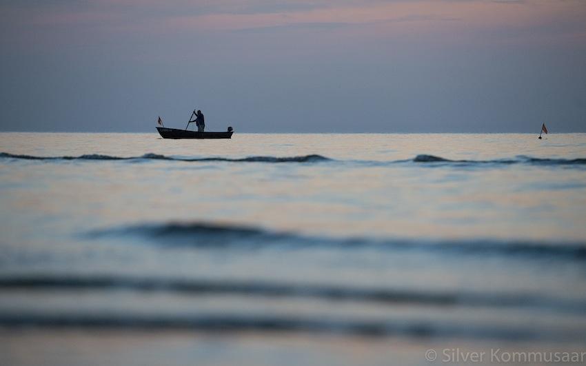 Kui päike on loojunud, tulevad merest mustad kalurid. Foto: Silver Kommusaar.