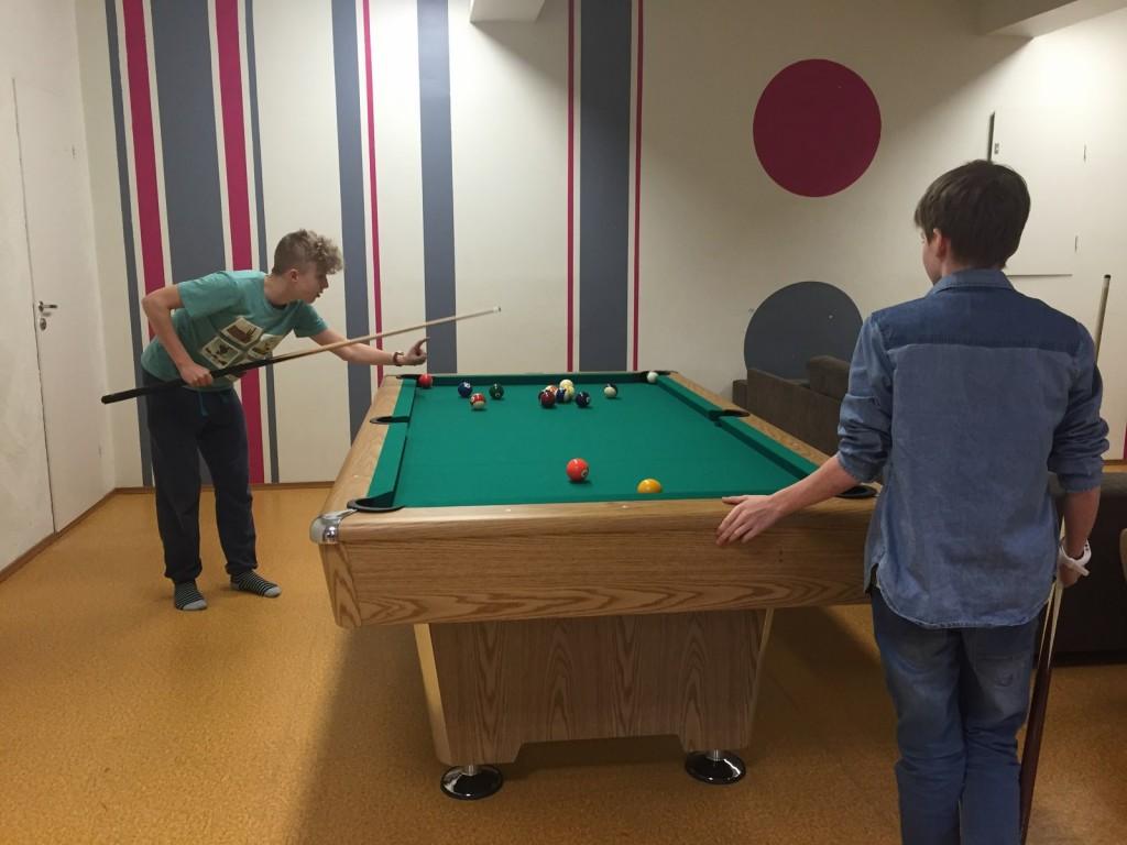 noortekeskuse noored piljardit mängimas, foto: Kätlin Meema