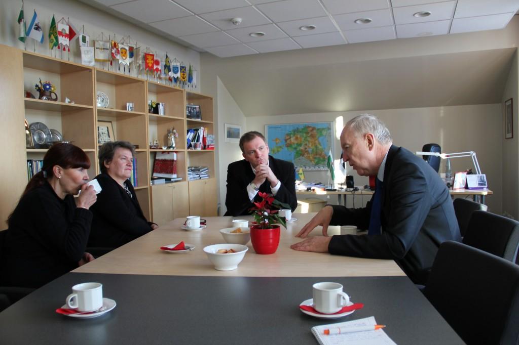 (vasakult)suursaadiku sekretär Katrin Valdek, suursaadiku abikaasa Barbro Allardt Ljunggren, Lääne maavanem Innar Mäesalu ja Rootsi suursaadik Anders Ljunggren